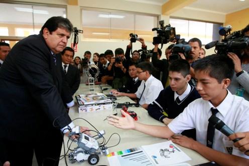 Presidente garc a anuncia concurso para 25 mil plazas for Concurso para plazas docentes