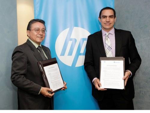 Foto 2 - Ing. Luis Bullon Salazar, Rector de la Universidad Privada Norbert Wiener - Jose Luis Camere, Gerente General de HP Peru(1)