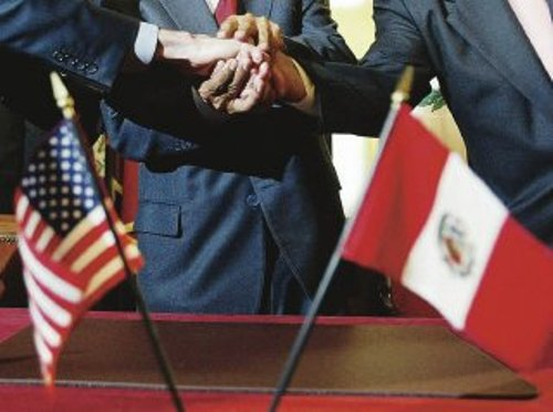 (FILE) Former Peruvian president Alejandro Toledo (C) shakes hands with US Trade Office representative Robert Portman (L) and former Peruvian Foreign Trade Minister Alfredo Ferrero after signing the Free Trade Agreemnet (FTA) between Peru and the US, 12 April 2006, in Washington. The US Senate ratified the FTA with Peru, 04 December 2007, with 77 votes in favor and 18 against, after a 10-hour debate. AFP PHOTO / Ines MENACHO-ANDINA