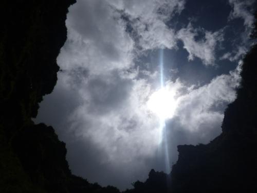 Vista cuando el sol brilla desde la profundidad del crater Milpu Ragra