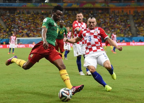Croatia's defender Danijel Pranjic (R) challenges Cameroon's forward Benjamin Moukandjo for the ball during the Group A football match between Cameroon and Croatia at The Amazonia Arena in Manaus on June 18, 2014, during the 2014 FIFA World Cup.  AFP PHOTO / JAVIER SORIANO